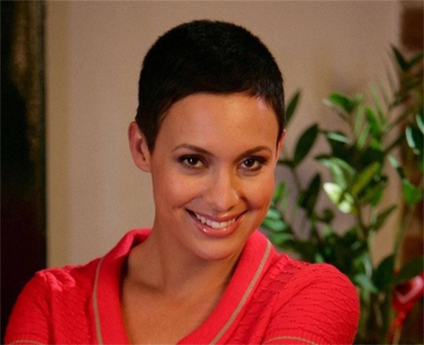 Coupe de cheveux tres tres courte pour femme