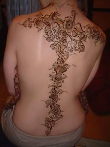 tatouage-henné-dos-225x300