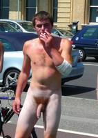 nue dans la rue ! :)
