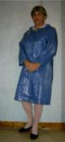 Agnès en ciré bleu.