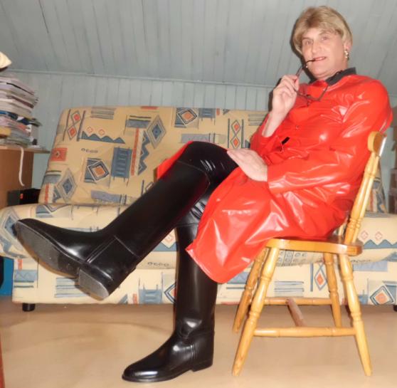 Ciré rouge et bottes cavalières.