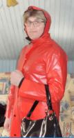 Ciré et coiffe rouges.