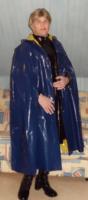 Robe vinyle et cape bleue.
