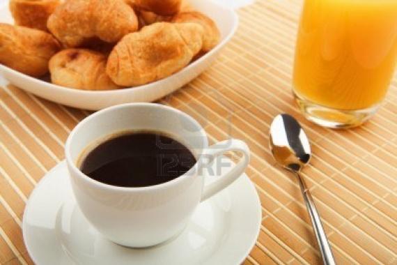 9579041-petit-dejeuner-cafe-et-croissants-sur-une-table-sur-un-fond-clair