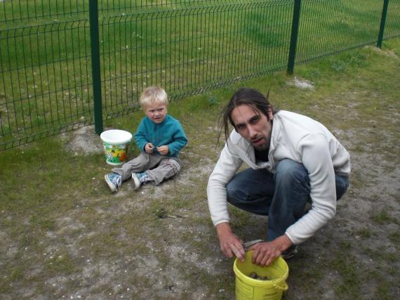 Noa et papa jardinent !