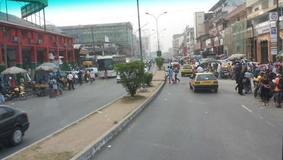 Douala : les débrouillards ont colonisé les rues