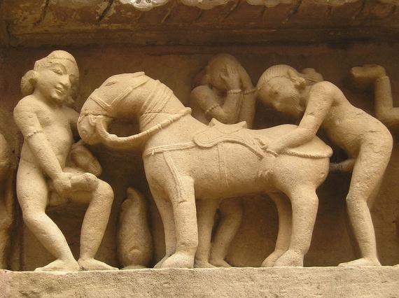 800px-Khajuraho-Lakshmana_Temple_erotic_detal3