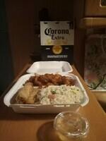 Poulet caramel et 3 nems poulet. Servi avec riz cantonais au dinde et Coca-Cola 33 cl