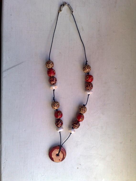 collier perles céramique, bois et résine