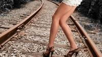 ob_c34dc4_legs-women-train-stations-tracks-wallp