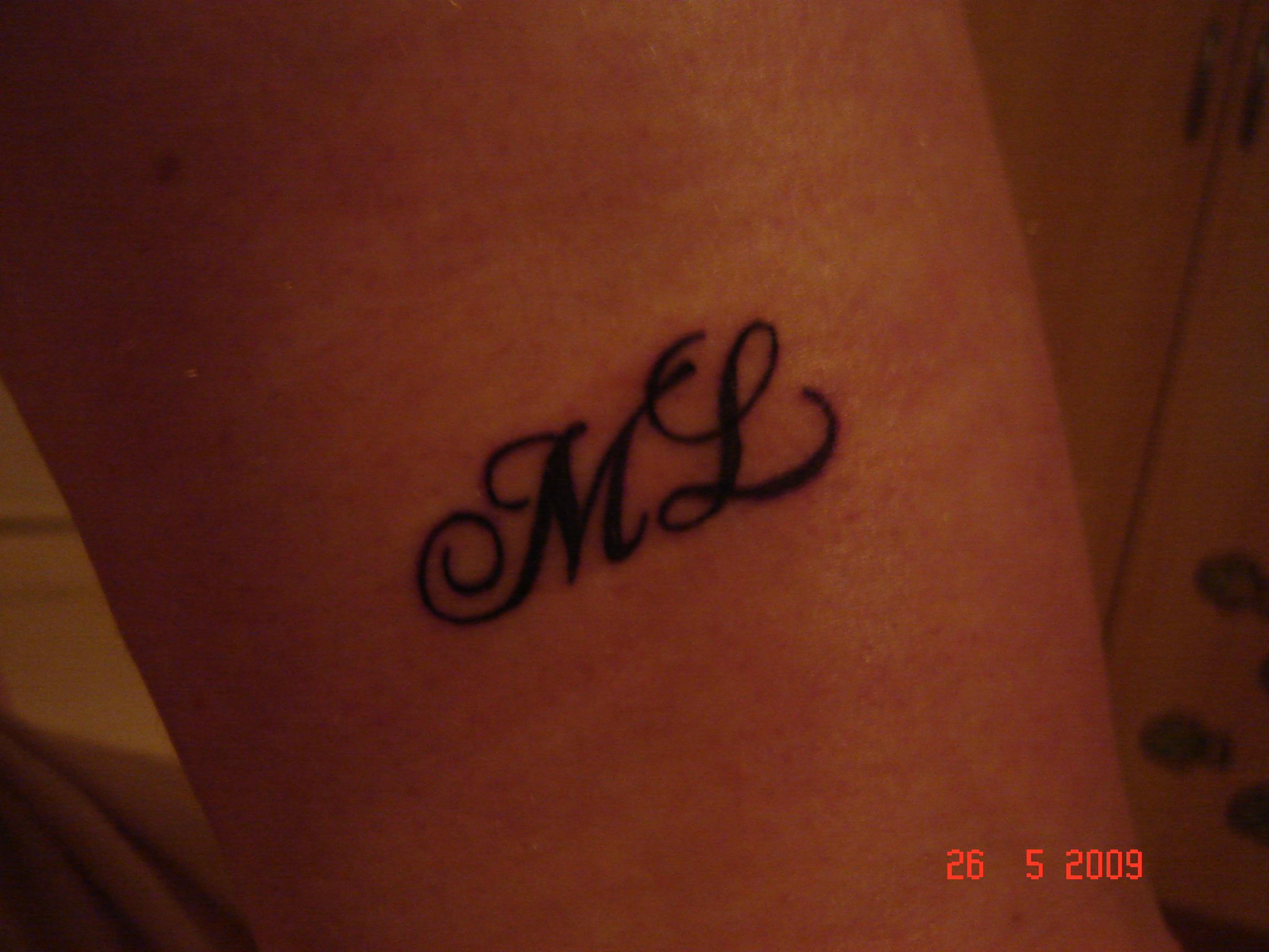 lettre m c tatouage