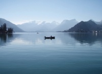 Un pêcheur sur le lac