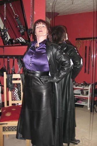 Long manteau en cuir et longue jupe en cuir