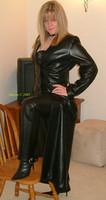 Long manteau en cuir pantalon en cuir et bottes en cuir