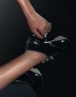 rihanna-sexy-plume-01-20080115zoom1