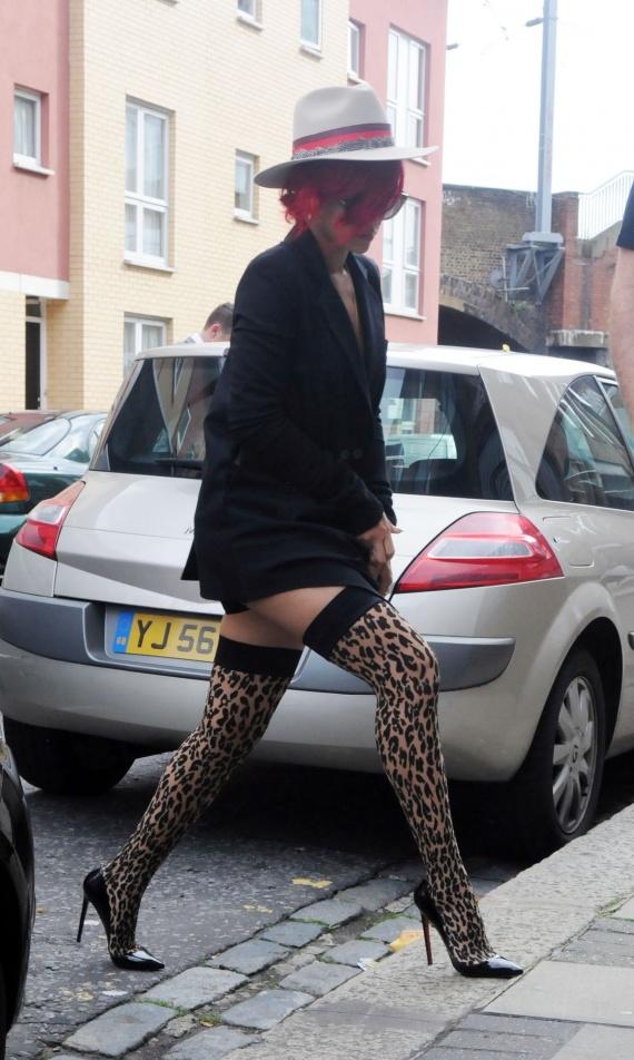 61512_Rihanna_Arriving_at_a_Studio_in_London_October_2_2010_07_122_431lo