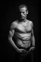 18-shooting-aix-en-provence-photo-homme-viril-torse-nu-abdos-age-mur-noiretblanc-athletique-studio-p