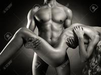 22767710-Mode-photo-d-art-des-hommes-nus-avec-une-femme-dans-ses-bras-Banque-d'images