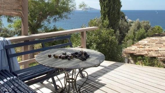 une-terrasse-marseillaise-avec-vue-sur-mer_4814582