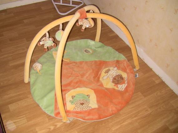 tapis avec arche d 39 eveil noukies 22 euros jeux jouets. Black Bedroom Furniture Sets. Home Design Ideas