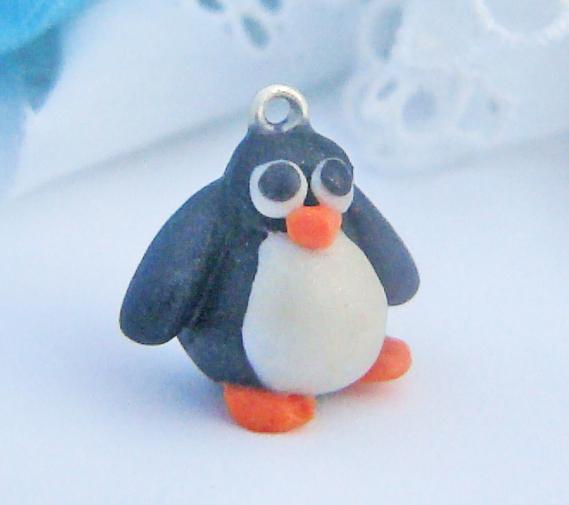 Pendentif petit pingouin sculpté en fimo Sculpey. Pièce unique!