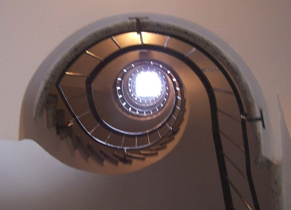 sous les escaliers