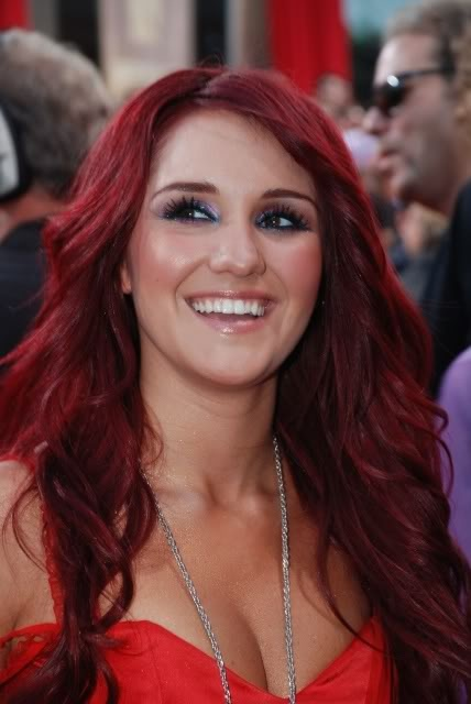 dulce maria smiles cheveux rouge - Coloration Reflet Rouge