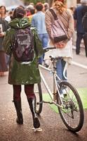 Ciré vert à vélo