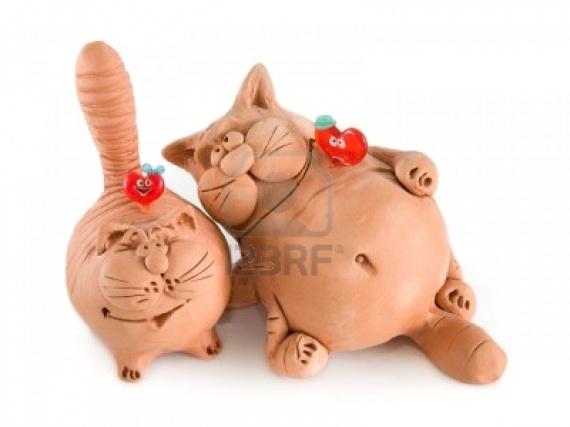 3412540-deux-chats-dr-le-d-39-argile-avec-deux-coeurs-de-verre-isol-sur-fond-blanc