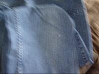 petit trou sur le devant du jeans