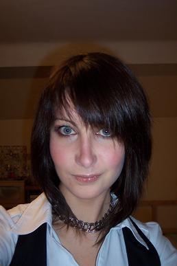 je suis brune au yeux noirs. Jai les cheveux très long