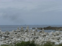 Superposition de galets déposés par les touristes