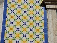 Azulejos de couleur sur un pan de mur