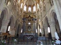 Le maître-autel et le crucifix en arrière plan