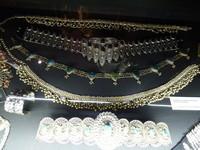 Ceintures et bijoux ethniques portés par DALIDA