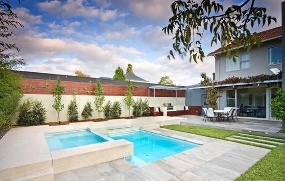 jardin-avec-piscine-forme-rectangulaire-pelouse-brise-vue ...