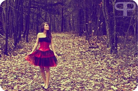 Serre taille en cuir rouge - Jupe tutu rouge et noir / Photographe - Pedro Soze