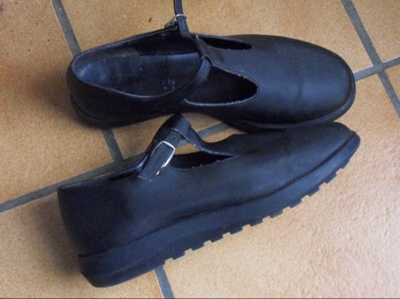 Sandales p 37  Donné SYLVIANNE 7.10.10