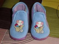 2€ quasi neufs chaussons bleu et mauve ( mouton ds panier de laine)
