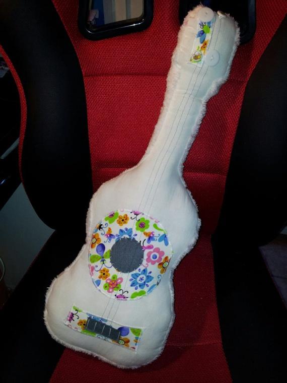 1ère guitare pour ma puce :)