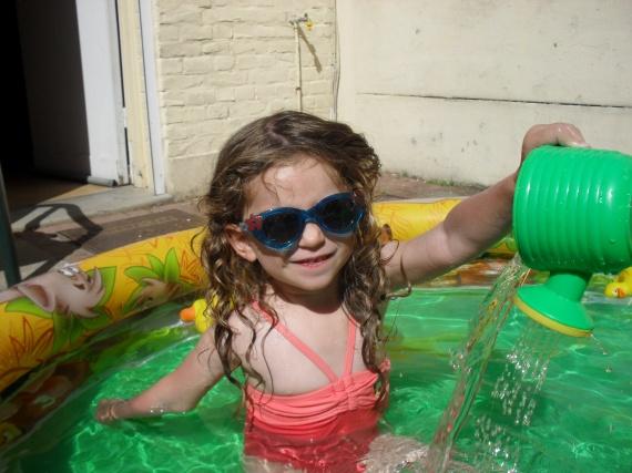 Valentine dans la piscine du jardin