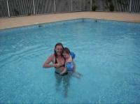 Avec maman dans la piscine ... très froide