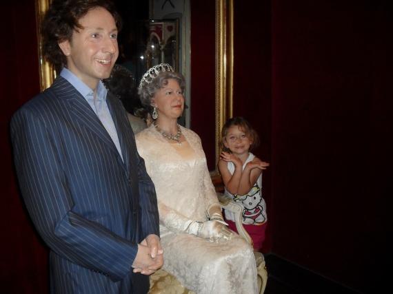 Valentine, Reine d'Angleterre et Stéphane Bern Grévin