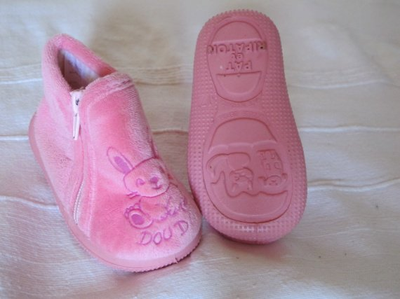 chaussons fille neufs 2.5euros, pointure 17