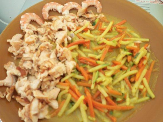 julienne de légumes , sauce curry et saumon