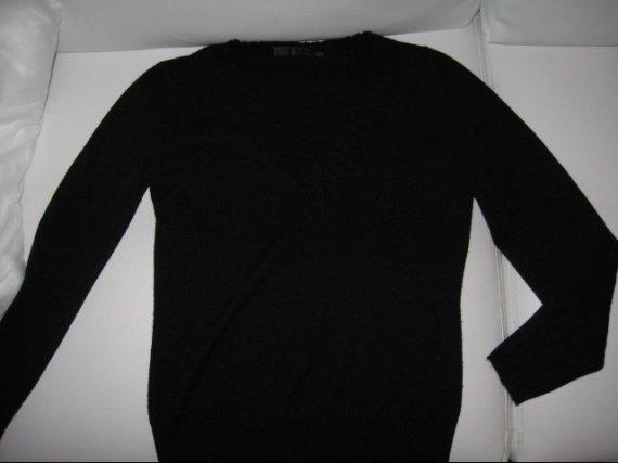 Pull noir T36 col V 4€