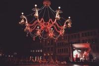 Un lustre monumental, une piste de danse, ...