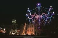 Un lustre monumental, une piste de danse, des acrobates, ...