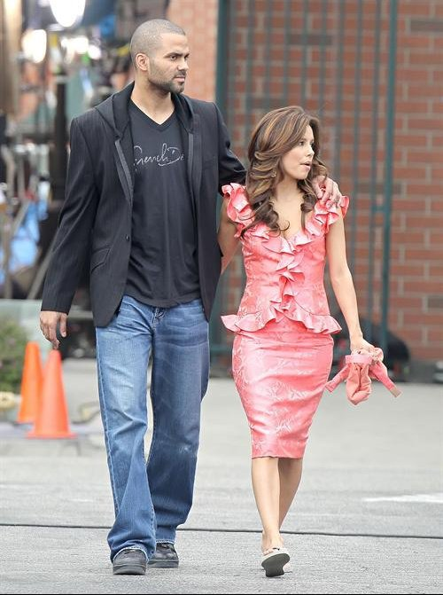 Eva_Longoria_walks_52cd