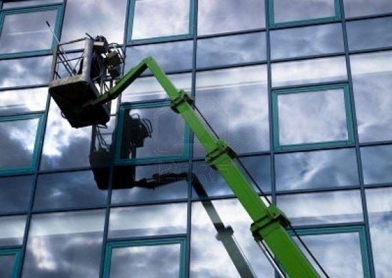 laveur-de-vitres-de-travail-sur-une-facade-de-verre-d-39-une-telecabine